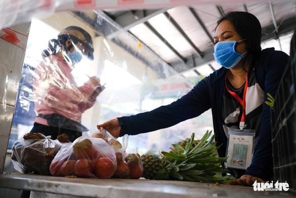 Đà Nẵng mở lại một số chợ bán cho người đi chợ hộ - Ảnh 2.