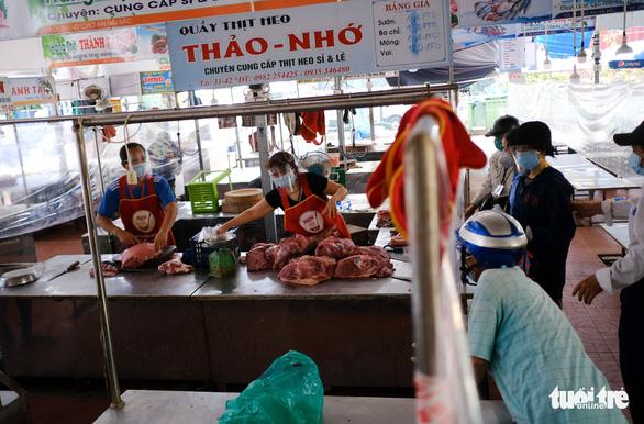 Đà Nẵng mở lại một số chợ bán cho người đi chợ hộ - Ảnh 1.