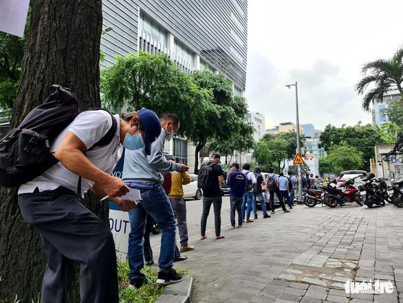 Người đứng kẻ ngồi điền giấy đi đường ở Sở Công thương TP.HCM - Ảnh 1.