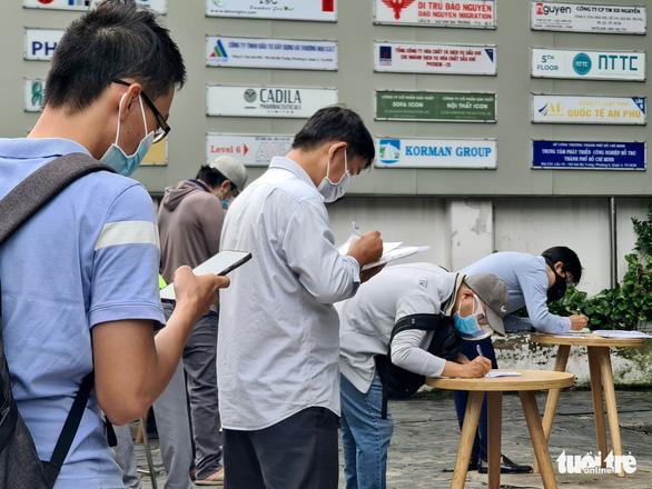 Người đứng kẻ ngồi điền giấy đi đường ở Sở Công thương TP.HCM - Ảnh 6.