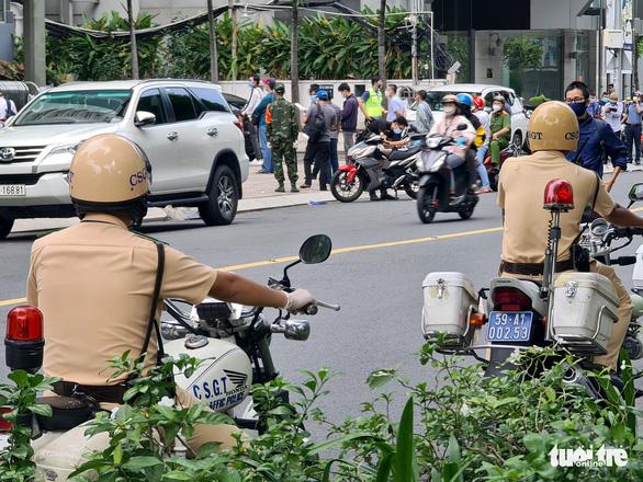 Người đứng kẻ ngồi điền giấy đi đường ở Sở Công thương TP.HCM - Ảnh 3.