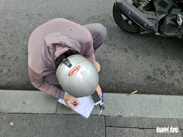 Người đứng kẻ ngồi điền giấy đi đường ở Sở Công thương TP.HCM - Ảnh 5.