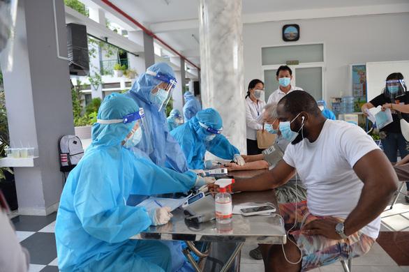 Quận Phú Nhuận hỗ trợ người nước ngoài khó khăn do dịch COVID-19 - Ảnh 3.