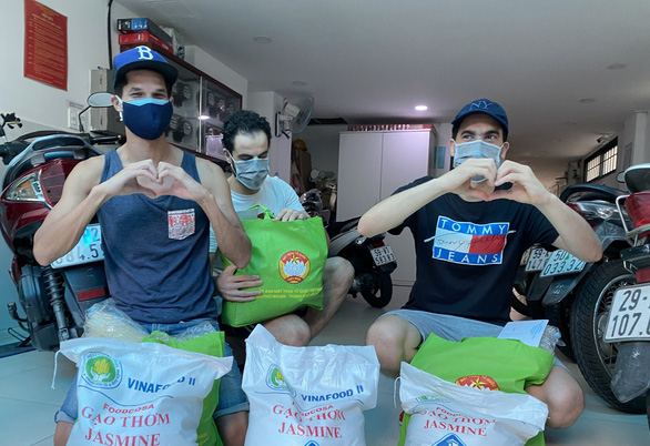Quận Phú Nhuận hỗ trợ người nước ngoài khó khăn do dịch COVID-19 - Ảnh 2.