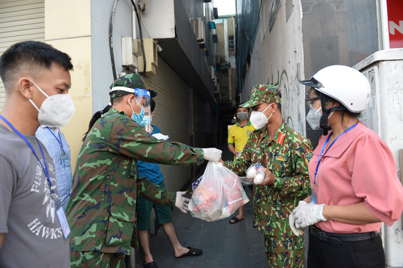 Quận Phú Nhuận hỗ trợ người nước ngoài khó khăn do dịch COVID-19 - Ảnh 5.