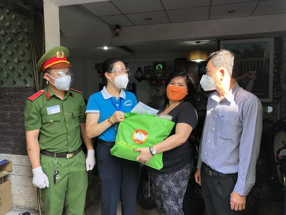 Quận Phú Nhuận hỗ trợ người nước ngoài khó khăn do dịch COVID-19 - Ảnh 1.