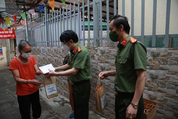 Tiếp sức xóm chạy thận, xóm ngụ cư chân cầu Long Biên ở Hà Nội - Ảnh 1.