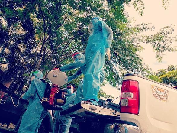 Cất đồng phục tiếp viên hàng không, khoác đồ bảo hộ phun khử khuẩn giữa các ổ dịch - Ảnh 2.