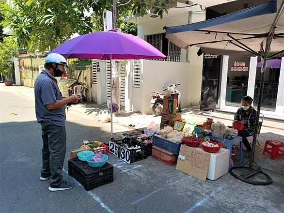 Đưa chợ ra phố ở Nha Trang: An toàn, người mua người bán đều thích - Ảnh 4.