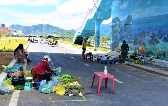 Đưa chợ ra phố ở Nha Trang: An toàn, người mua người bán đều thích - Ảnh 2.