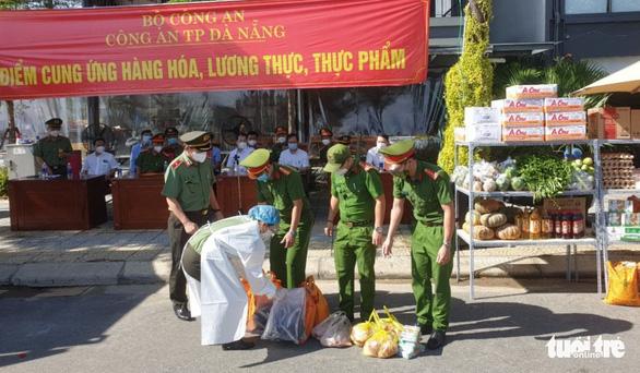 Đà Nẵng mở cửa 30 điểm cung ứng hàng thiết yếu do công an tổ chức, miễn phí rau xanh - Ảnh 2.