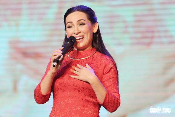 Con gái Phi Nhung: Mong mọi người cầu nguyện cho mẹ con - Ảnh 1.