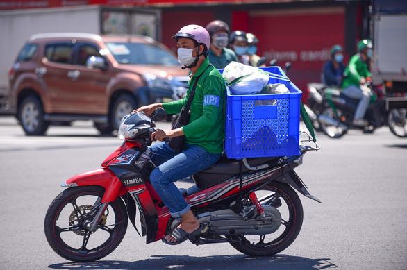 Lại cho shipper giao hàng tại quận huyện vùng đỏ của TP.HCM - Ảnh 1.