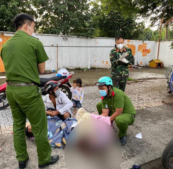 Chiến sĩ trực chốt đỡ đẻ cho bà bầu ngay trên vỉa hè ở TP.HCM, mẹ tròn con vuông - Ảnh 1.