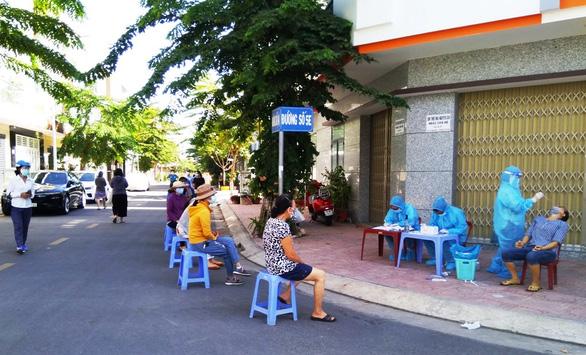 Từ 15h chiều nay, người dân Nha Trang phải ở nhà để xét nghiệm hỏa tốc - Ảnh 1.