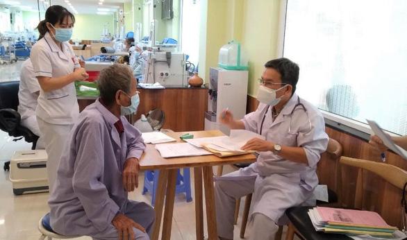 Người mắc bệnh thận mạn, đặc biệt bệnh nhân lọc máu, cần tiêm vắc xin sớm nhất có thể - Ảnh 1.
