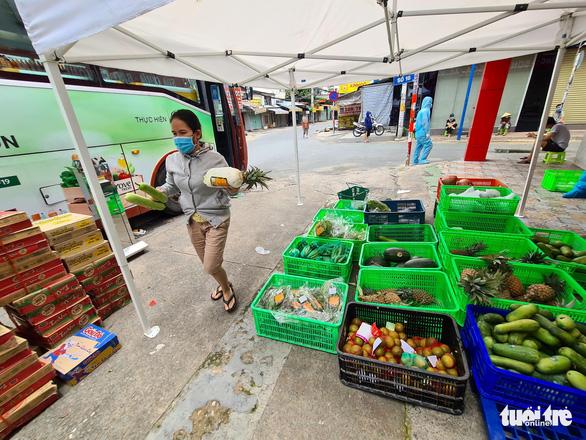 Sau 7 ngày giãn cách nghiêm, bà con ra siêu thị vỉa hè mua sạch rau củ - Ảnh 1.