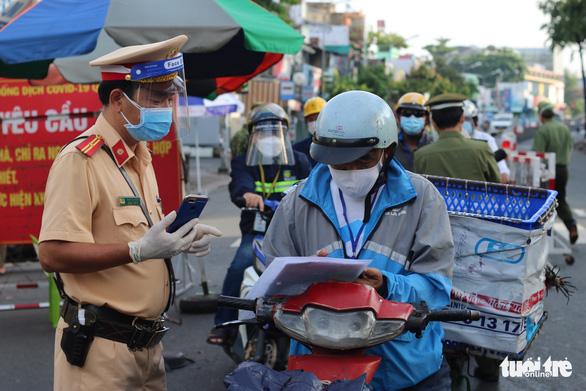 1 tuần giãn cách, TP.HCM xử phạt 6.296 trường hợp, đi chợ giúp 411.922 hộ dân - Ảnh 1.