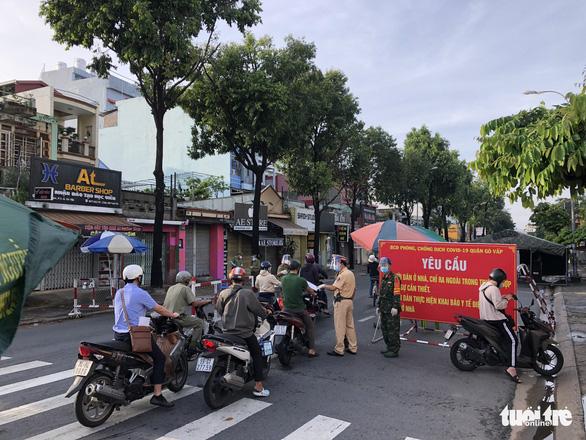Người đi đường TP.HCM khai báo di chuyển nội địa trở lại - Ảnh 4.