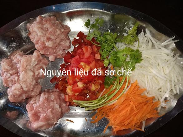 Cơm Ý, chả giò pò pía và thịt băm chiên từ nguyên liệu giản đơn - Ảnh 2.