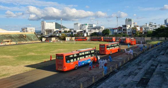 Phú Yên tăng lượng xe chở dân từ TP.HCM về, mỗi đợt 600 người - Ảnh 1.