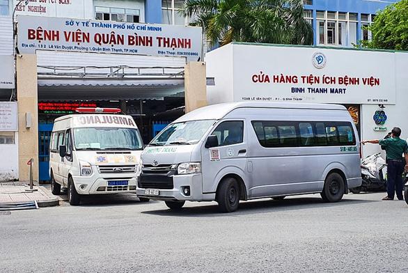 TP.HCM hoán cải xe khách 15 chỗ thành xe chở bệnh nhân COVID-19 - Ảnh 1.