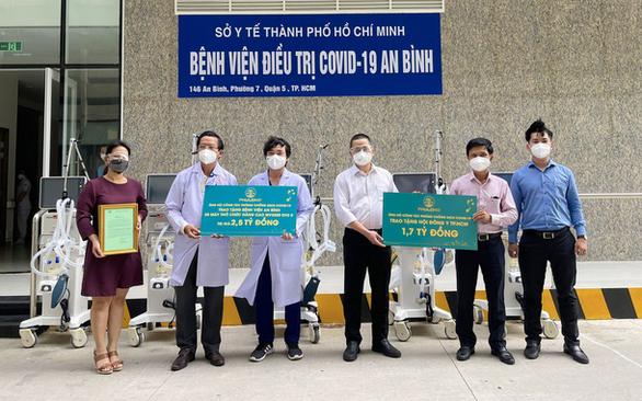 Doanh nghiệp tặng máy thở cho bệnh viện giữa lúc TP.HCM căng sức chống dịch - Ảnh 1.