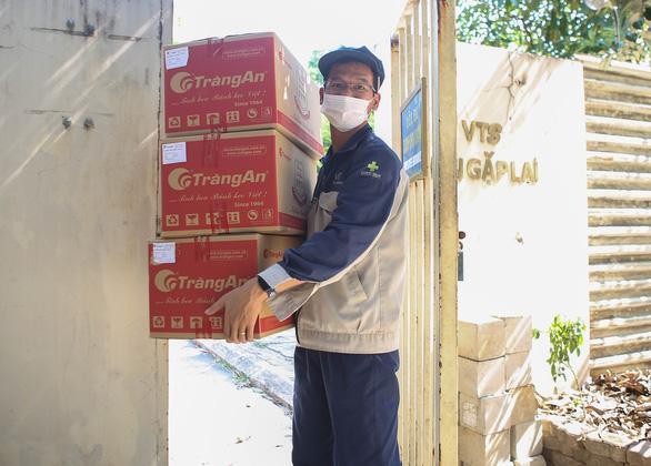 Hàng trăm túi hàng '0 đồng' đến tay công nhân Hà Nội ở trong khu phong tỏa - Ảnh 3.