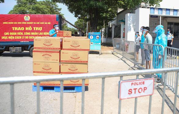 Hàng trăm túi hàng '0 đồng' đến tay công nhân Hà Nội ở trong khu phong tỏa - Ảnh 2.
