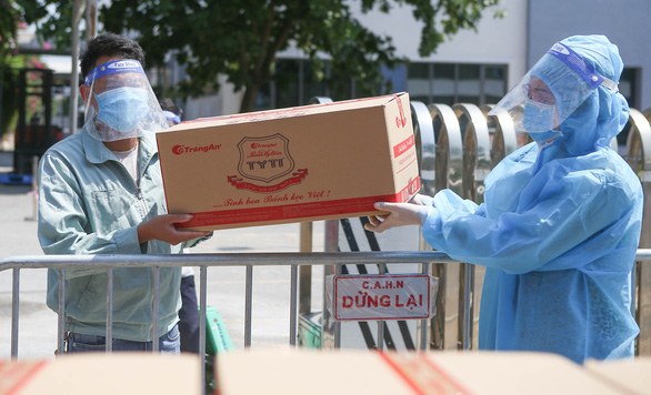 Hàng trăm túi hàng '0 đồng' đến tay công nhân Hà Nội ở trong khu phong tỏa - Ảnh 1.