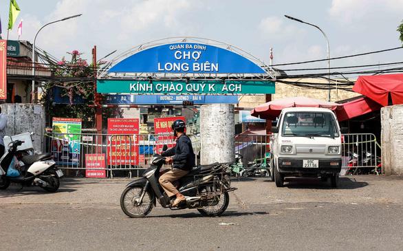 Thêm 1 F0, Hà Nội phong tỏa chợ Long Biên - Ảnh 1.