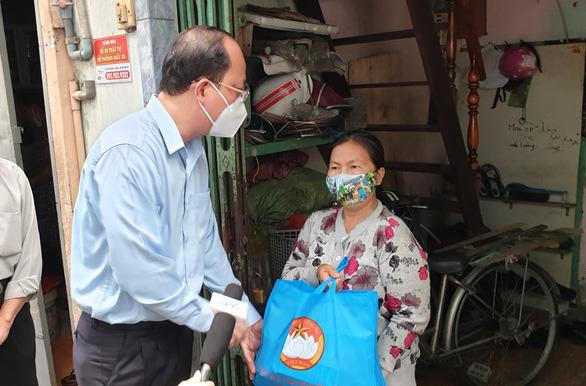 Phó bí thư Thành ủy TP.HCM thăm và tặng quà người dân khó khăn - Ảnh 3.