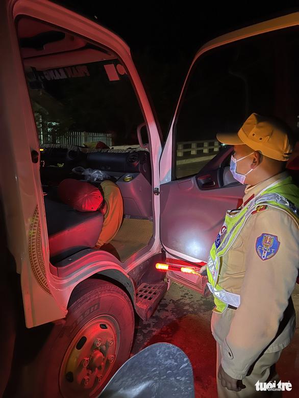 7 người trốn trong thùng xe, chui lưng ghế cabin xe tải vào Đà Lạt - Ảnh 2.