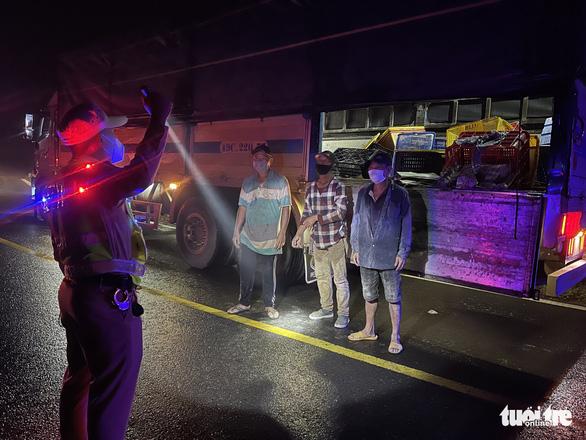 7 người trốn trong thùng xe, chui lưng ghế cabin xe tải vào Đà Lạt - Ảnh 1.