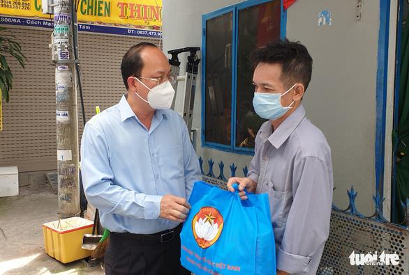 Phó bí thư Thành ủy TP.HCM thăm và tặng quà người dân khó khăn - Ảnh 1.