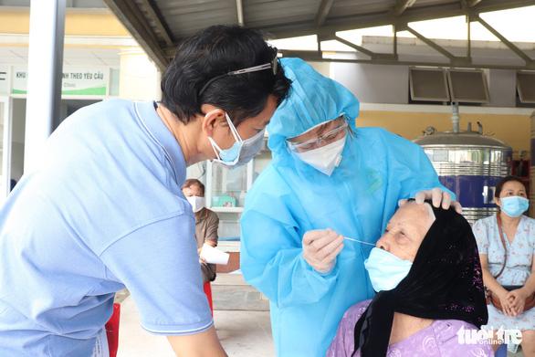 HỎI - ĐÁP về dịch COVID-19: Đi tiêm vắc xin, sao nơi phải xét nghiệm, nơi không? - Ảnh 1.