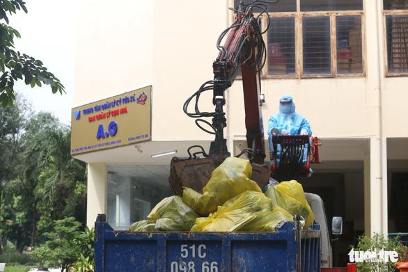 TP.HCM mỗi ngày thu gom gần 78 tấn rác liên quan COVID-19 - Ảnh 1.