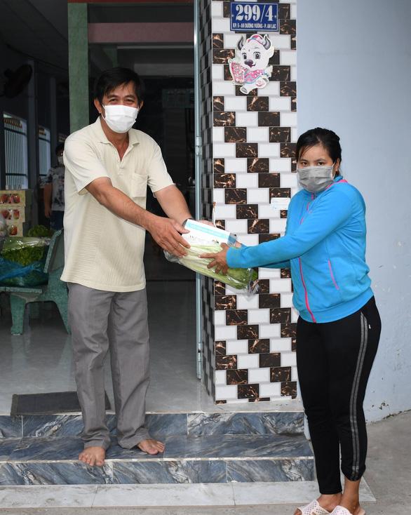 Tình người nơi tuyến đầu phòng chống dịch COVID-19: Sài Gòn, những trái tim sẻ chia - Ảnh 1.