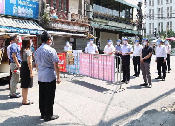 Chủ tịch quận Hoàn Kiếm: Trong khu cách ly phường Chương Dương không thiếu lương thực - Ảnh 1.