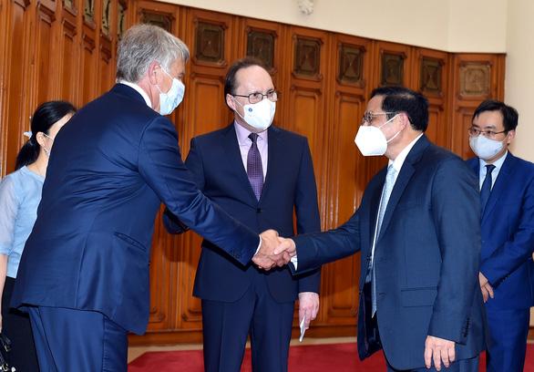 Thủ tướng đề nghị Nga ưu tiên để Việt Nam nhận được vắc xin sớm nhất - Ảnh 1.