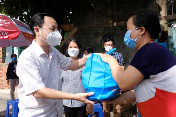 Thành ủy TP.HCM trao 2.400 túi quà an sinh đến người dân khó khăn - Ảnh 1.