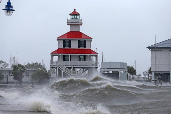 Bão Ida nhấn chìm bờ biển bang Louisiana - Ảnh 1.
