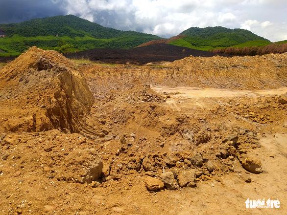Tạm đình chỉ công tác chủ tịch xã vì để xảy ra khai thác đất, cát trái phép - Ảnh 2.
