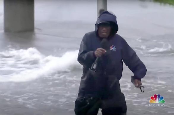 Phóng viên kỳ cựu 67 tuổi tác nghiệp giữa bão gây tranh cãi tại Mỹ - Ảnh 1.