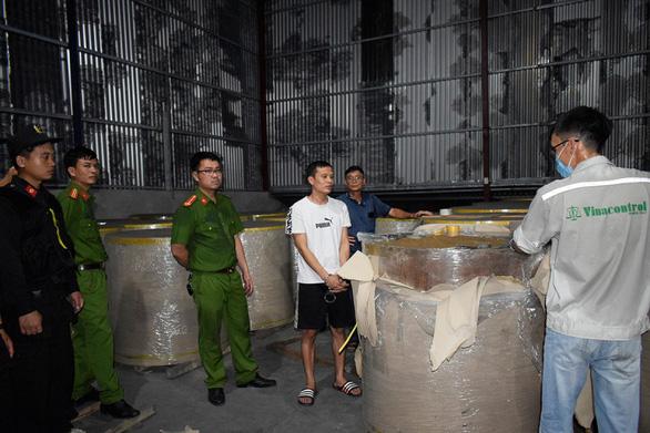 Lật tẩy đường dây xuất lậu sang Trung Quốc hàng nghìn tấn quặng 'đội lốt' giấy cuộn - Ảnh 2.