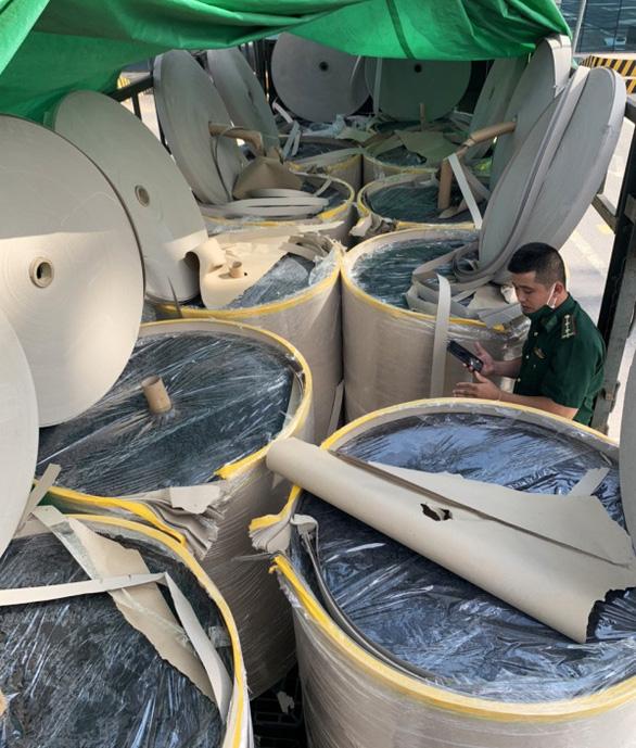 Lật tẩy đường dây xuất lậu sang Trung Quốc hàng nghìn tấn quặng 'đội lốt' giấy cuộn - Ảnh 1.