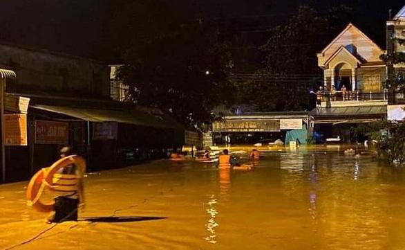 Bình Phước mưa lớn xuyên đêm gây ngập 2m, người dân leo lên gác gọi điện cầu cứu - Ảnh 1.