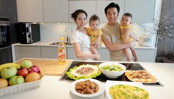 Vợ chồng Dương Khắc Linh, Sara Lưu hướng dẫn làm món tôm tích cháy tỏi - Ảnh 1.
