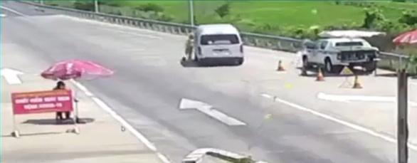 Lái xe ủi CSGT, vượt chốt kiểm dịch lãnh án tù - Ảnh 2.