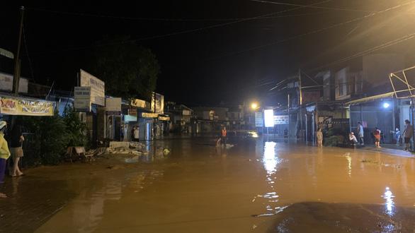 Bình Phước mưa lớn xuyên đêm gây ngập 2m, người dân leo lên gác gọi điện cầu cứu - Ảnh 2.